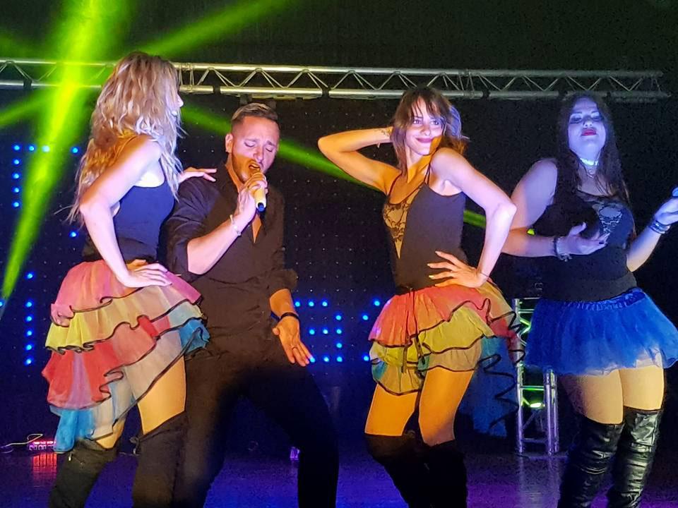 show 80 chanteurs chanteuses danseuses